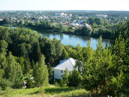 Вид с Ледяной горы на гостиницу, что у подножья, на реку Сылву и на сам Кунгур