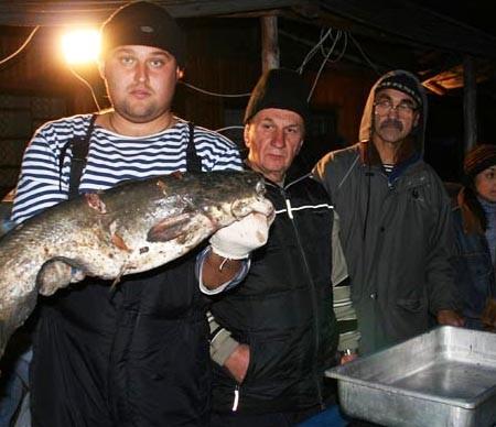 Рыбак вместе с уловом отдыхал, сидя на бакене посреди Днепра — фото 11