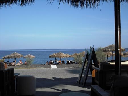Санторини. Пляж в 20 м от отеля, вид с террасы