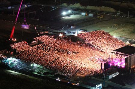 """Dinner in the Sky"" парит над стадионом во время концерта"