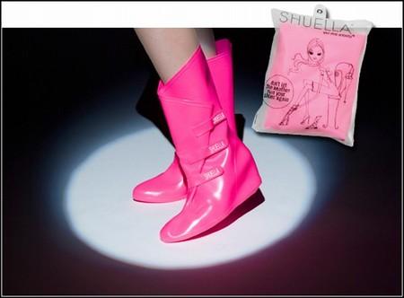 Специальные сапоги, которые надевают поверх туфелек на каблуке