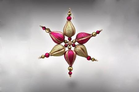 Гирлянды и звезды украшены элементами из муранского стекла и стразами