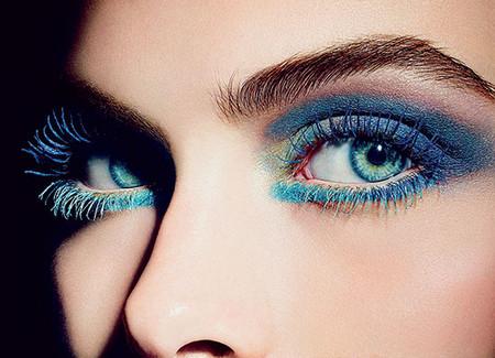 Стилисты призывают смело смешивать цвета для яркого летнего макияжа