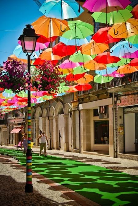 Сочных красок добавляют зеленая пешеходная дорожка и яркие скамейки