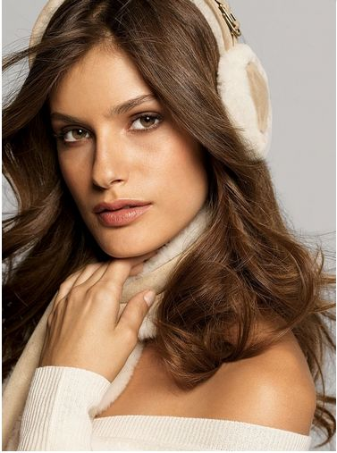 На этом рекламном фото несколько режут глаз голые плечи модели :-) Но мы смотрим на наушники!