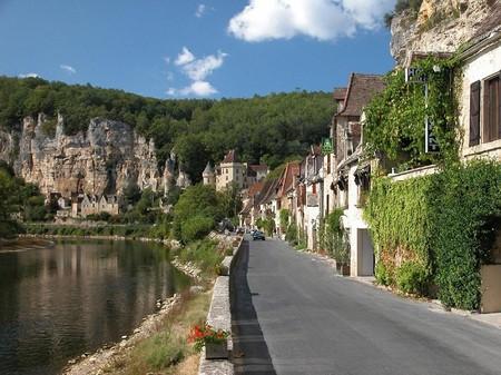 Единственная автомобильная дорога проходит вдоль берега реки