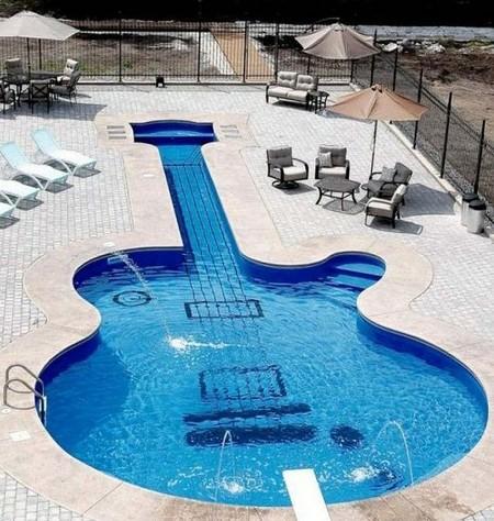 А этот бассейн создала канадская компания Aqua-Tech. заказчик — фанат электрогитары Les Paul