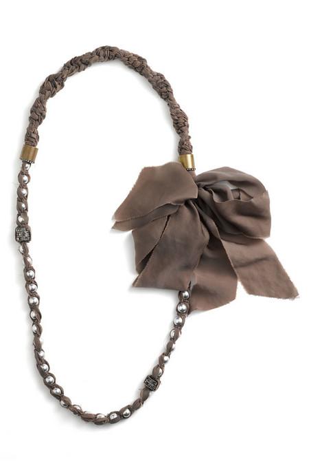 Шоколадные оттенки разбавляют бежево-карамельную гамму коллекции