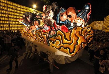 Огромные бумажные фонарики японского фестиваля Аомори Небута — фото 8
