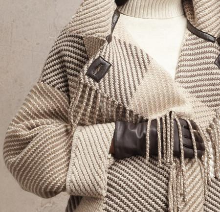 Дизайнер рекомендует перчатки точно в тон кожаной отделке пальто