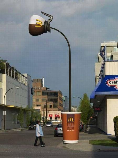 Реклама бесплатного кофе к завтраку от McDonald's