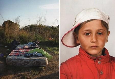 Матрас в поле на окраине Рима стал домом для всей семьи этого мальчика — беженца из Венгрии