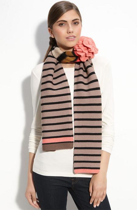Длинный уютный шарф с кокетливым цветком