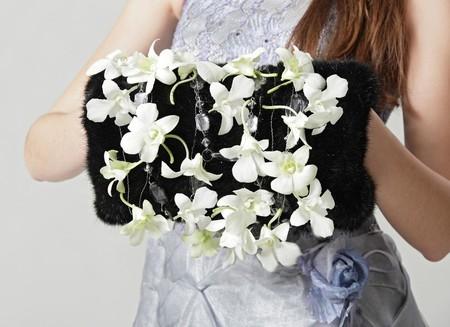 Оригинальный цветочный декор на меховой муфте