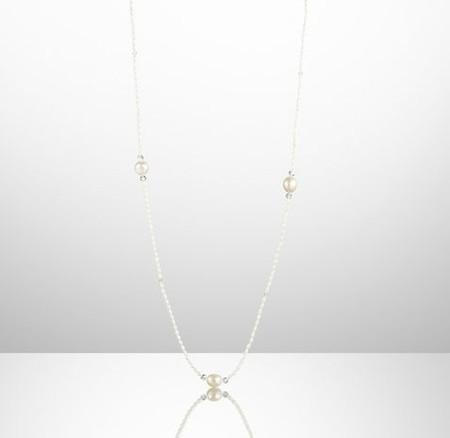 Серьги и ожерелья выполнены из жемчуга и кристаллов