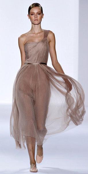Да и длинное платье с балетками тоже может выглядеть нарядно и элегантно