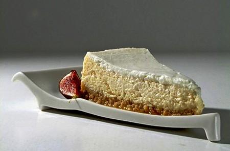 Довольно удобна специальная тарелка для торта