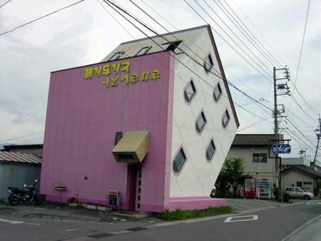 Японский дом лежит на скате крыши