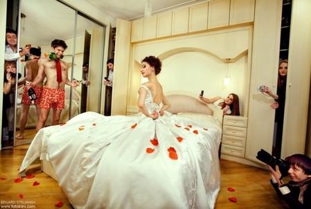Смелый и необычный сюжет для свадебного фото