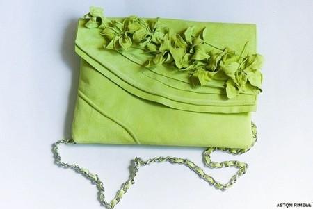 Многие сумочки снабжены длинной ручкой из цепочки с вплетенной лентой замши или кожи