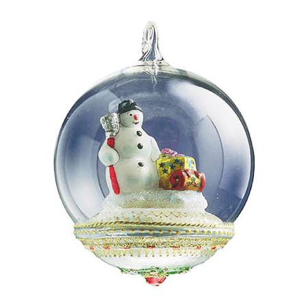 Есть в коллекциях марки и классические елочные шары, а также глобы с фигурками внутри прозрачной сферы
