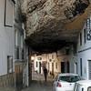 Прогулка под скалами в Сетениль-де-лас-Бодегас