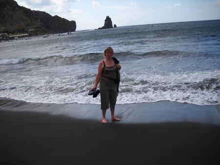 На острове Вулкано еще есть замечательные пляжи с черным песком