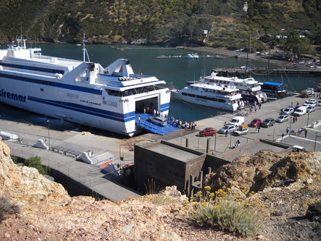 Вот на этом пароме можно перебраться на остров Вулкано вместе со своим транспортом