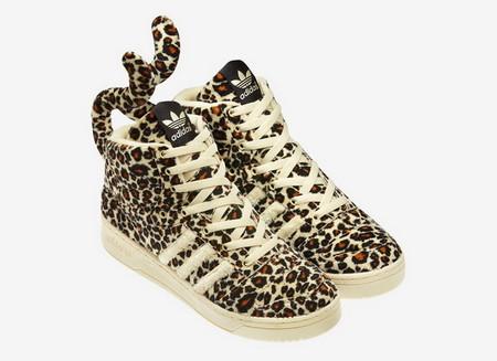 Забавная модель с леопардовыми хвостами
