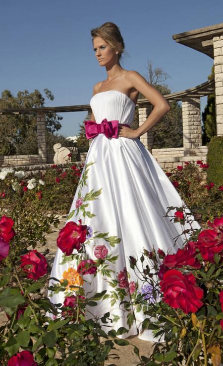 С первого взгляда даже не ясно, где живые цветы, а где рисунки цветов на платье
