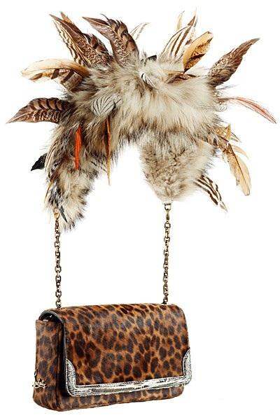 Модель, декорированная сразу и мехом, и перьями и леопардовым принтом