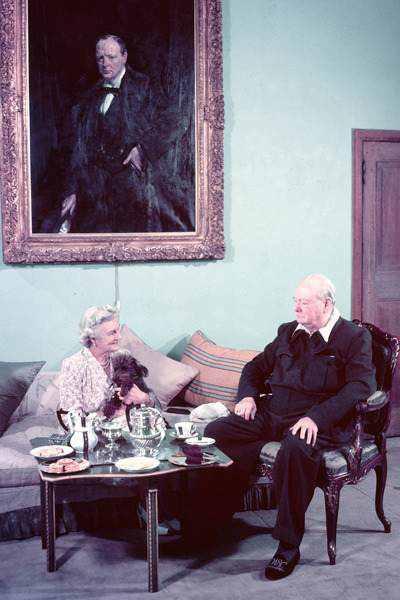 Уинстон Черчилль обувал слиперы перед выходом к вечернему чаю