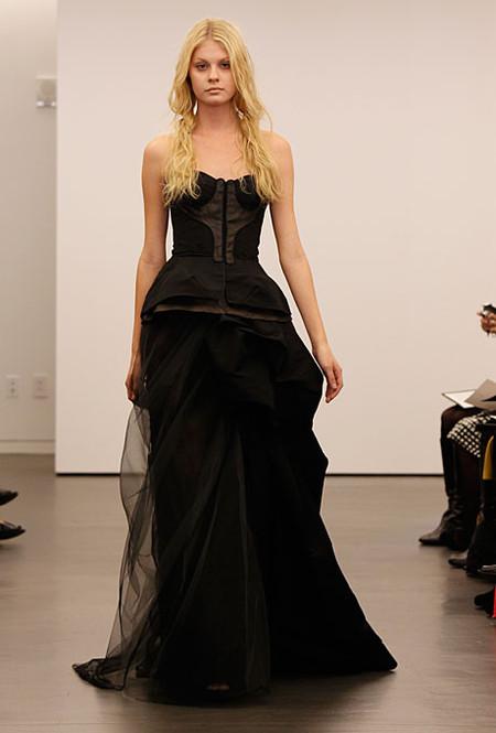 Коллекция свадебных платьев Vera Wang: креативная невеста или черная вдова?.. — фото 13