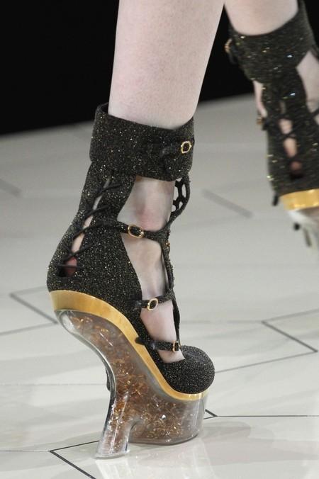 А нужен ли каблук? Необычная обувь становится настоящим трендом. — фото 25