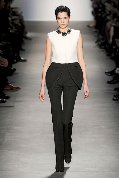 Дизайнеры Giambattista Valli украсили баской и брюки