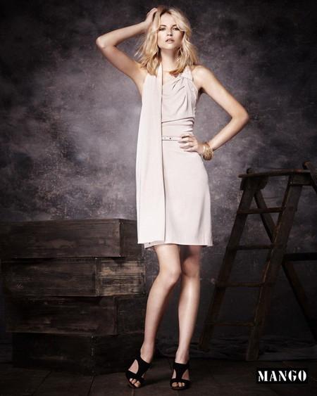 Присутствует здесь и очаровательное светло-бежевое платье.