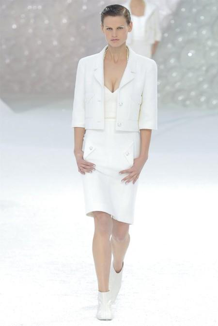 Белое платье – один из трендов, представленных на неделях высокой моды — фото 16