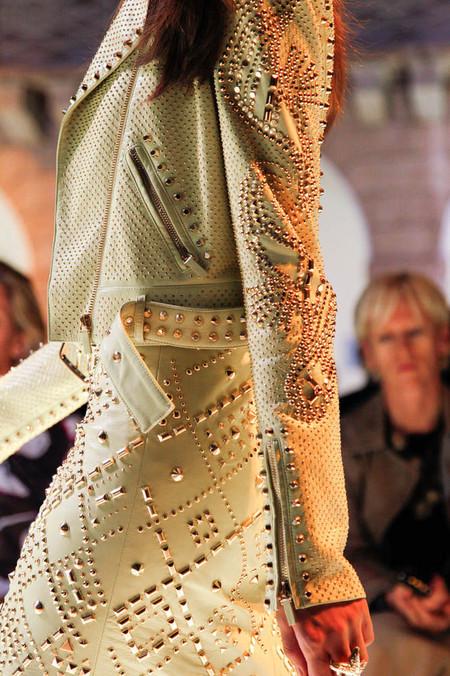 Как колючка: в моде металлические шипы и заклепки — фото 24
