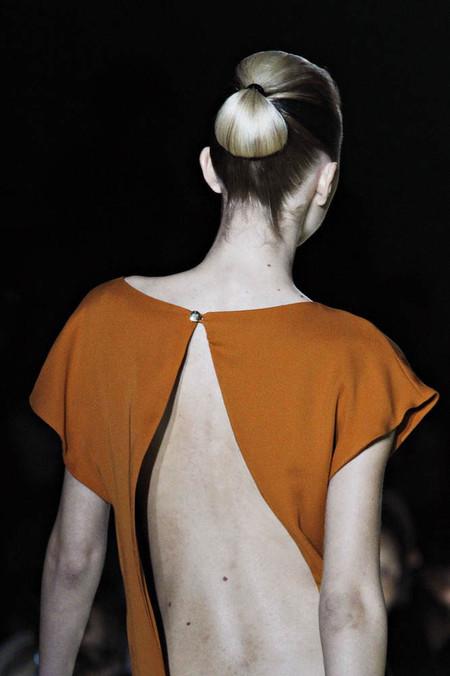 Эффектный вид сзади: в моде наряды с открытой спиной — фото 20