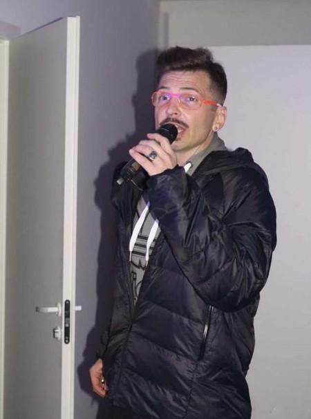 Ведущий мероприятия Александр Анатольевич примерил новую куртку