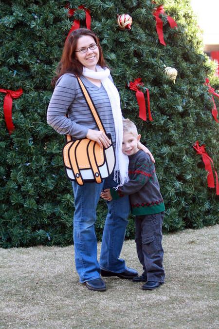 В жизни мультяшные сумки такие же забавные, как и на фотографиях с сайта JumpFromPaper