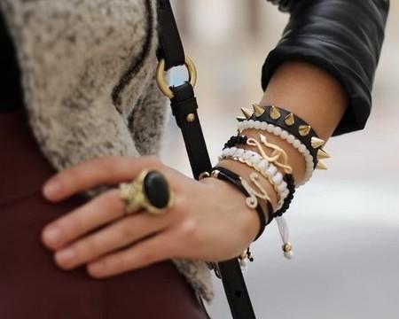 Носить много браслетов на руке