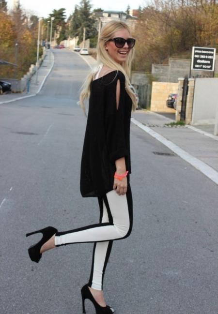 Брюки с контрастными лампасами отлично вписываются в образы уличных модниц