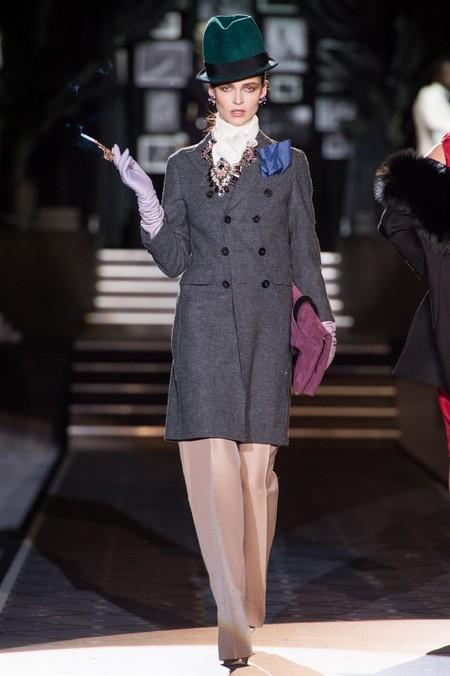 Особый шик девушкам-моделям в костюмах придают сигареты в мундштуках