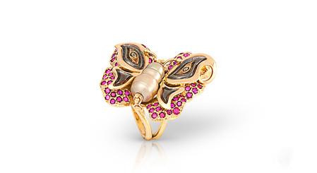 Есть в коллекции и изделие очаровательной бабочкой...