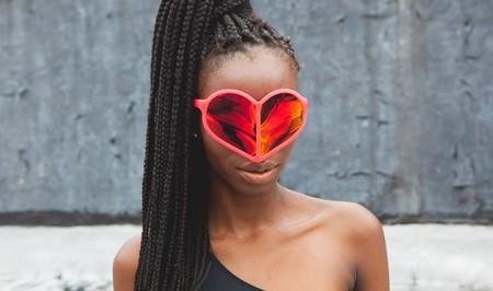 Девушка-блоггер в очках Linda Farrow