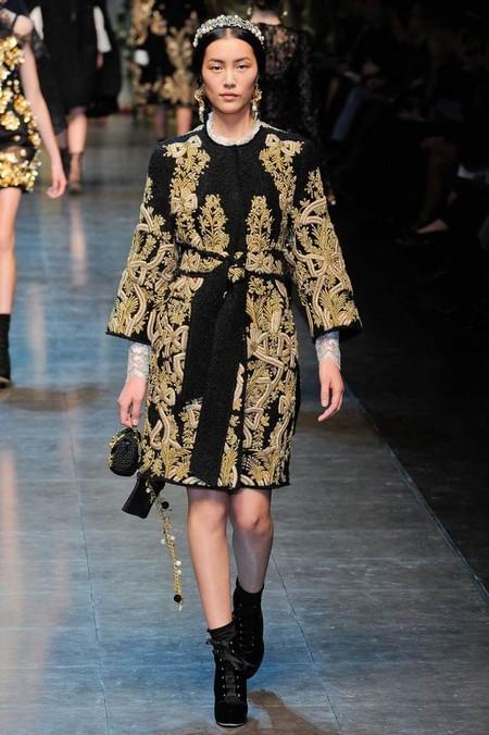 Наряды Dolce&Gabbana, украшенные золотистой вышивкой