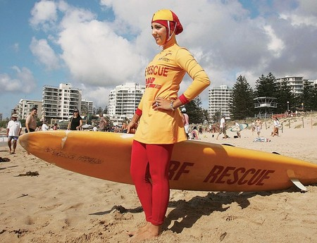 Девушка в буркини на пляже