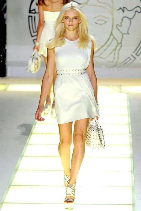 Белые мини-платья с металлическими клепками от Versace