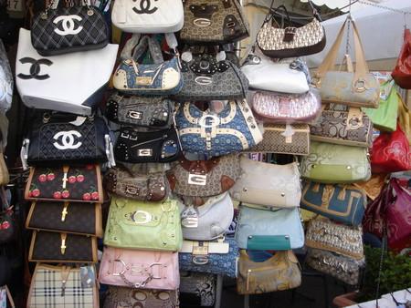 """Распродажа """"элитных"""" сумок на городских рынках"""